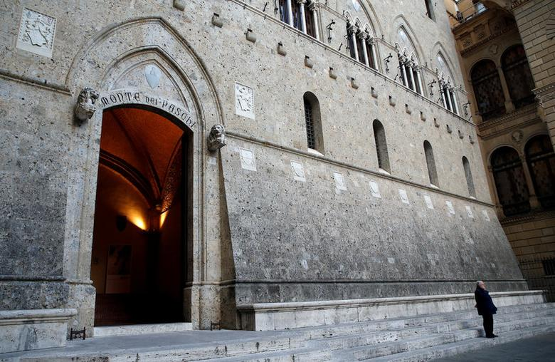 A man makes a phone call near the entrance of the Monte dei Paschi bank headquarters in Siena, Italy, November 4, 2014.     REUTERS/Giampiero Sposito