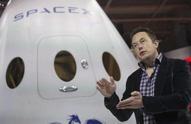 SpaceX CEO Elon Musk speaks after unveiling the Dragon V2 spacecraft in Hawthorne, California May 29, 2014. REUTERS/Mario Anzuoni/File Photo