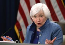 La Reserva Federal subió los tipos de interés el miércoles en un cuarto de punto porcentual y apuntó a un ritmo más rápido de alzas, en momentos en el que Donald Trump se prepara para cumplir con su promesa de impulsar el crecimiento en Estados Unidos con bajadas de impuestos, mayor gasto fiscal y menos regulaciones. En la imagen, la presidenta de la Reserva Federal de EEUU, Janet Yellen, durante la conferencia de prensa en Washington, 14 de diciembre de 2016.  REUTERS/Gary Cameron