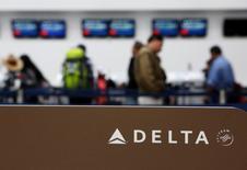 Foto de archivo de un grupo de pasajeros en las dependencias de Delta Air Lines en el aeropuerto de la capital de  México. Ago 8, 2016.   El Departamento de Transporte de Estados Unidos dijo el miércoles que dio la aprobación final a un acuerdo presentado por Delta Air Lines Inc y Aeroméxico. REUTERS/Ginnette Riquelme