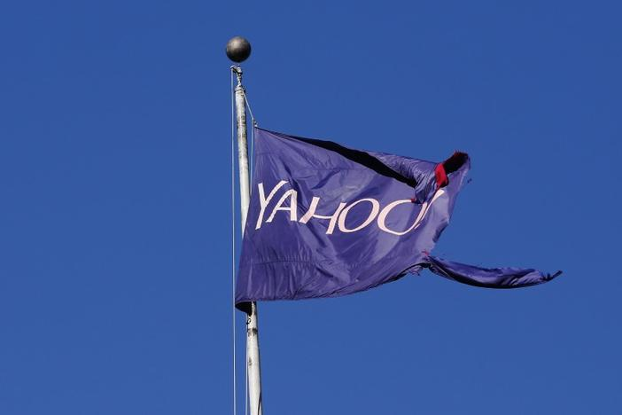 A tattered flag bearing the Yahoo company logo flies above a building in New York, U.S., October 31, 2016. REUTERS/Lucas Jackson