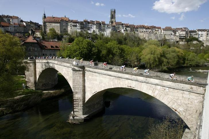The city of Fribourg during the Tour de Romandie cycling race, May 1, 2008.  REUTERS/Denis Balibouse