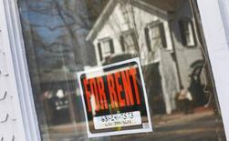 """Imagen de archivo de un cartel de """"se arrienda"""" es visto en Riverhead, Nueva York, 22 de marzo 2012.  Los precios al consumidor de Estados Unidos se moderaron en noviembre, pero la tendencia subyacente seguía apuntando a una inflación más firme gracias al aumento de los costos de los arriendos, lo que podría apoyar la senda de alzas de tasas de interés de la Reserva Federal el próximo año.REUTERS/Shannon Stapleton"""