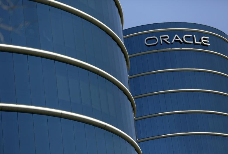 The Oracle logo is seen on its campus in Redwood City, California June 15, 2015.  REUTERS/Robert Galbraith/File Photo - RTSK3FS
