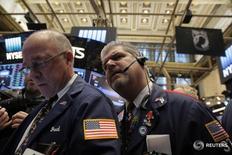 Трейдеры на торгах Нью-Йорской фондовой биржи 14 декабря 2016 года. Американский фондовый рынок завершил в плюсе торги четверга благодаря росту банковского сектора после того, как накануне ФРС подняла диапазон ключевой ставки второй раз почти за десять лет. REUTERS/Lucas Jackson