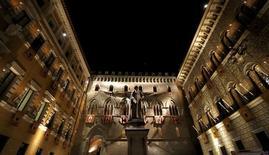 El Gobierno italiano está listo para inyectar 15.000 millones de euros para apoyar al Monte dei Paschi di Siena y otros bancos debilitados del país, dijeron fuentes, en momentos en que el tercer prestamista del país avanza con un plan de rescate que la mayoría del mercado cree que podría fracasar. En la imagen, sede del Monte dei Paschi en Siena, Italia, 16 de agosto de 2013. REUTERS/Stefano Rellandini/File Photo