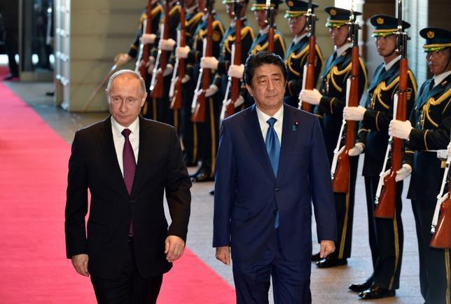 12月16日、ロシアのプーチン大統領と安倍首相は、日ロ首脳会談後に発表された声明で、北方4島の共同経済活動に関する交渉を進めることで合意し、平和条約問題を解決する真摯な決意を表明した。写真は都内の首相官邸での両首相。代表撮影(2016年 ロイター)