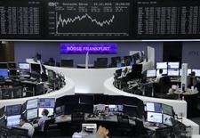 Las bolsas europeas se encaminaban hacia una segunda semana consecutiva de ganancias con los índices de referencia manteniéndose cerca de máximos de once meses el viernes, cuando las expectativas de una oferta llevaron a Actelion a nuevos récords. En la imagen, operadores en la Bolsa de Fráncfort, 15 de diciembre de 2016.  REUTERS/Staff/Remote