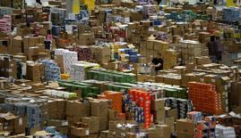Unos trabajadores en la bodega de Amazon en Leipzig, Alemania, dic 3, 2008. La economía alemana repuntará con más vigor de lo esperado en  el cuarto trimestre y este impulso al crecimiento será percibido en el transcurso del 2017, dijo el viernes uno de los principales grupos de analistas del país.     REUTERS/Fabrizio Bensch/File Photo