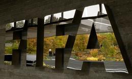 Una firma no identificada que fue reseñada en una investigación de corrupción en la FIFA, el organismo rector del fútbol mundial, coincide con la descripción de un socio cercano al gigante de medios mexicano Grupo Televisa, según una revisión de Reuters a documentos de los gobiernos de Estados Unidos y Suiza. En esta imagen de archivo, un equipo de TV aparece reflejado en un logo de la FIFA en su sede de Zurich, el 13 de octubre de 2016.  REUTERS/Arnd Wiegmann