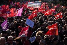 Los líderes sindicales encabezaron el domingo en Madrid la primera gran manifestación de la legislatura, con la que pretenden exigir que el diálogo social que ha iniciado el Gobierno del Partido Popular se traduzca en una recuperación de los derechos laborales perdidos durante la crisis. En la imagen, uno de los momentos de la manifestación en Madrid el 18 de diciembre de 2016. REUTERS/Sergio Perez