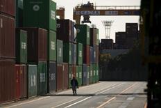 Un trabajador camina entre containers navieros en un puerto en Tokio, Japón, 18 de febrero de 2016.  REUTERS/Thomas Peter