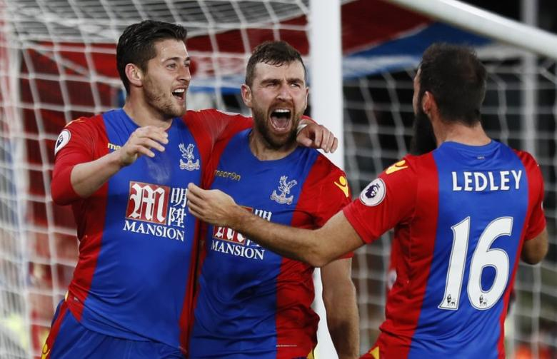 Britain Football Soccer - Crystal Palace v Manchester United - Premier League - Selhurst Park - 14/12/16 Crystal Palace's James McArthur celebrates scoring their first goal with teammates Reuters / Stefan Wermuth/ Livepic/ Files