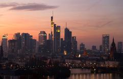 La confianza empresarial alemana subió en diciembre, según un sondeo publicado el lunes, alcanzando su mayor nivel desde febrero de 2014 y respaldando las expectativas de que la mayor economía de Europa rebotará en el cuarto trimestre. En la imagen, la ciudad de Fráncfort, Alemania, el 10 de diciembre de 2016. REUTERS/Kai Pfaffenbach