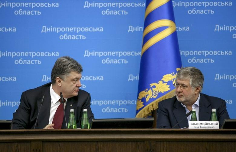 Ukrainian President Petro Poroshenko (L) talks to oligarch Ihor Kolomoisky during a representing ceremony of a new governor of the eastern Dnipropetrovsk region in Dnipropetrovsk March 26, 2015. REUTERS/Mikhail Palinchak/Ukrainian Presidential Press Service/Handout via Reuters