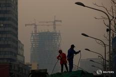 En la imagen, dos trabajadores en una obra en Pekín el 6 de diciembre de 2016. El crecimiento de la economía de China se ralentizaría en 2017, en momentos en que sus autoridades ajustan la política monetaria y aplican otras restricciones para evitar burbujas de activos, especialmente en el mercado inmobiliario, incluso aunque la caída del yuan ha avivado el temor a turbulencias de mercados. REUTERS/Thomas Peter