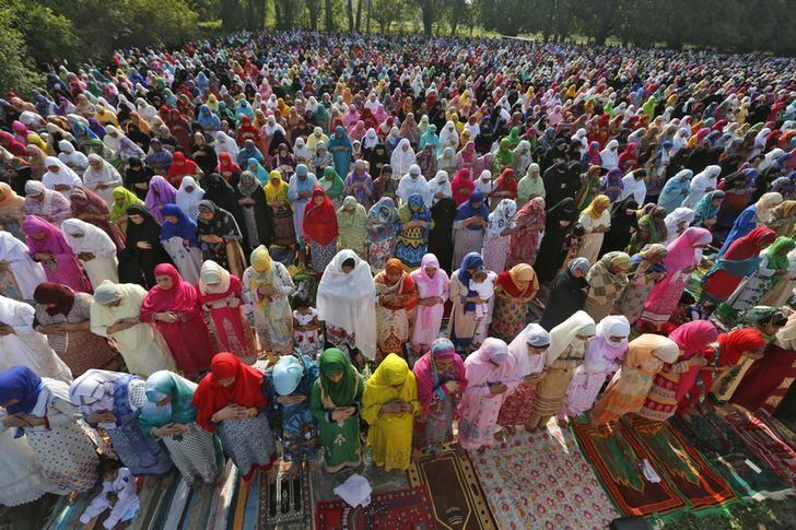 Muslim women attend Eid al-Fitr prayers to mark the end of the holy fasting month of Ramadan in Srinagar July 6, 2016.  REUTERS/Danish Ismail