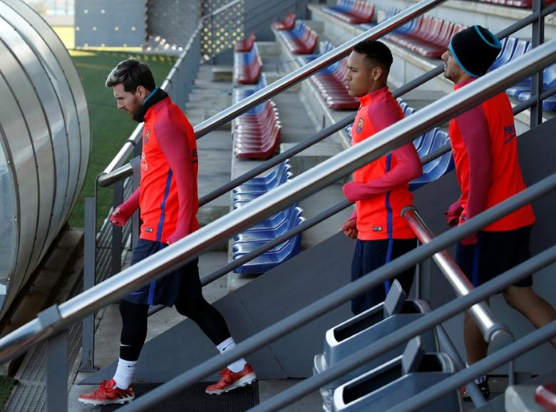 Football Soccer - Barcelona training session - Joan Gamper training ground, Barcelona, Spain - 2/12/2016 - Barcelona's Lionel Messi, Neymar and Luis Suarez (L-R) arrive at a training session prior to ''El Clasico'' against Real Madrid. REUTERS/Albert Gea - RTSUC36