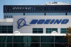 Boeing a annoncé lundi qu'il allait supprimer des postes dans sa division commerciale en 2017, en plus de la réduction des effectifs d'environ 8% opérée depuis le début de l'année. /Photo d'archives/REUTERS/Lucy Nicholson