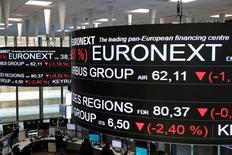 Euronext está en negociaciones exclusivas para comprar el negocio francés de liquidación de LCH Group, dijeron el martes Deutsche Boerse y London Stock Exchange Group Plc, una operación que podría despejar el camino a la fusión de las bolsas de Fráncfort y Londres.  En la imagen, información de precios de acciones aparecen en pantallas colgadas en el techo de la Bolsa de París el 14 de diciembre de 2016. REUTERS/Benoit Tessier
