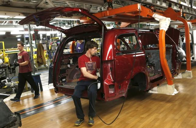 Fiat Chrysler assembly workers work on partially assembled minivans at the Windsor Assembly Plant in Windsor, Ontario, February 9, 2015. REUTERS/Rebecca Cook/File Photo