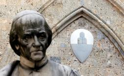 Логотип банка Monte dei Paschi di Siena на здании штаб-квартиры в Сиенне. Власти Италии в понедельник решили добиться одобрения парламента, чтобы занять 20 миллиардов евро и поддержать стабильность шаткого банковского сектора, начиная с вероятной финансовой помощи третьему по величине кредитору Monte dei Paschi di Siena на этой неделе.  REUTERS/Stefano Rellandini/File Photo