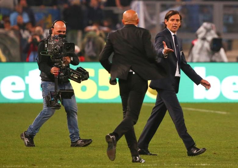 Football - Soccer - Lazio v AS Roma - Italian Serie A - Olympic Stadium, Rome, Italy - 4/12/2016. Lazio's coach Simone Inzaghi (R) is congratulated by AS Roma's coach Luciano Spalletti. REUTERS/Alessandro Bianchi