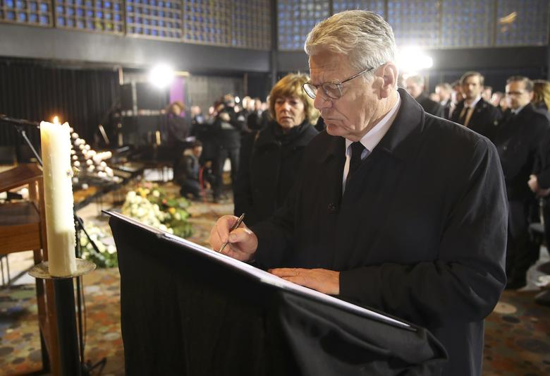 German Chancellor President Joachim Gauck signs a book of condolence during a service at Memorial church (Gedaechtniskirche) in Berlin, Germany, December 20, 2016, to commemorate the 12 killed victims of a truck that ploughed into a crowded Christmas market at Breitscheidplatz in Berlin.     REUTERS/Michael Kappeler/Pool