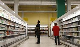 Магазин Ашан в Москве. 13 декабря 2016 года. Банк России отметил продолжающееся снижение инфляционных ожиданий населения в декабре 2016 года, но эта тенденция пока неустойчива, что оправдывает проведение умеренно жесткой денежно-кредитной политики. REUTERS/Maxim Shemetov