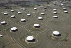 Site de stockage de pétrole brut à Cushing, Oklahoma auc États-Unis. Les stocks américains de pétrole brut ont augmenté contre toute attente la semaine dernière, tandis que les réserves d'essence et de produits distillés ont reflué. /Photo d'archives/REUTERS/Nick Oxford