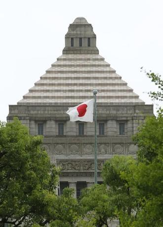 12月22日、政府は2016年度第3次補正予算案と17年度当初予算案を閣議決定した。写真は国会議事堂。2010年7月撮影(2016年 ロイター/Yuriko Nakao)
