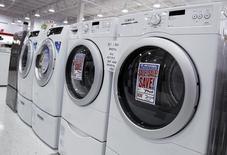 Lavadoras y secadoras en una tienda en Nueva York, jul 28, 2010. Los nuevos pedidos de bienes de capital manufacturados en Estados Unidos subieron más de lo esperado en noviembre, ante una sólida demanda por maquinaria y por metales primarios, lo que sugiere que el lastre en las manufacturas vinculado al crudo estaría empezando a desaparecer.   REUTERS/Shannon Stapleton
