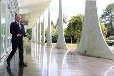 Temer caminha no Palácio da Alvorada em Brasília. 22/12/2016. REUTERS/Adriano Machado