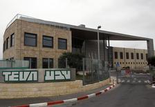 Завод Teva в Иерусалиме REUTERS/Ronen Zvulun. Израильская Teva Pharmaceutical Industries согласилась выплатить более $519 миллионов в ответ на предъявленные ей гражданские и уголовные претензии в подкупе официальных лиц для продвижения бизнеса, сообщил Минюст США.  (JERUSALEM - Tags: BUSINESS DRUGS SOCIETY)