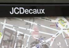 JCDecaux, à suivre à la Bourse de Paris à mi-séance, affiche juste derrière une hausse de 3,26% à 27,89 euros après avoir annoncé la fusion de ses activités avec Top Media, leader du secteur de la communication extérieure en Amérique centrale. /Photo d'archives/REUTERS/Jacky Naegelen