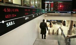 La Bourse de Londres a terminé vendredi en légère hausse une séance écourtée avant le week-end de Noël. L'indice FTSE a gagné 0,06% à 7.068,17 et affiche une progression de 0,8% sur la semaine, sa troisième semaine consécutive de hausse. /Photo d'archives/REUTERS/Suzanne Plunkett