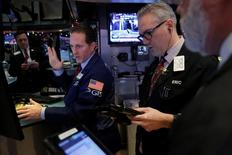 Wall Street a ouvert vendredi sur une note stable une séance qui devrait être calme à la veille du week-end de Noël. Dans les premiers échanges, l'indice Dow Jones perd 4,04 points, soit 0,02%. /Photo prise le 22 décembre 2016/REUTERS/Andrew Kelly