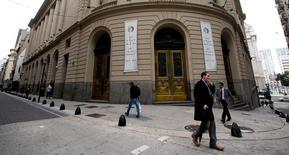 Los peatones caminan por la Bolsa de Comercio de Buenos Aires, Argentina. 18 de abril 2016.La bolsa argentina operaba estable en sus primeras anotaciones del lunes marcada por la escasez de negocios por parte de los inversores institucionales debido al feriado de Navidad en Estados Unidos, dijeron operadores. REUTERS/Marcos Brindicci - RTX2AHAB