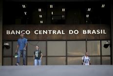 Personas caminan fuera de la sede del Banco Central de Brasil en Brasilia, Brasil.23 de septiembre 2015. El Gobierno central de Brasil registró un déficit presupuestario primario de 38.357 millones de reales (11.600 millones de dólares) en noviembre, una brecha mayor a la esperada que borró casi todas las ganancias registradas el mes previo. REUTERS/Ueslei Marcelino - RTX1S57E