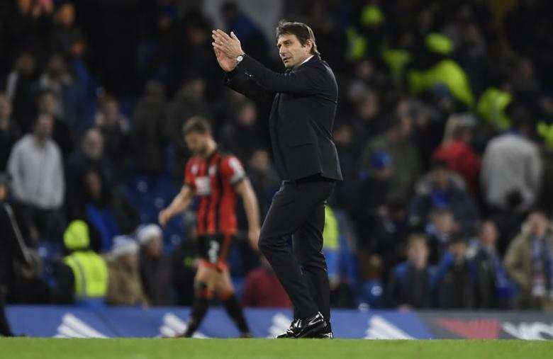 Britain Soccer Football - Chelsea v AFC Bournemouth - Premier League - Stamford Bridge - 26/12/16 Chelsea manager Antonio Conte applauds fans after the game   Action Images via Reuters / Tony O'Brien Livepic