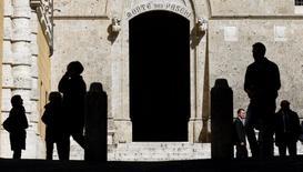 La BCE a demandé à Banca Monte dei Paschi di Siena de combler un manque de fonds propres qu'elle estime désormais à 8,8 milliards d'euros, soit 3,8 milliards de plus qu'évoqué jusqu'à présent par la banque, a déclaré cette dernière lundi, confirmant des informations obtenues auparavant par Reuters de deux sources proches du dossier. /Photo d'archives/REUTERS/Max Rossi