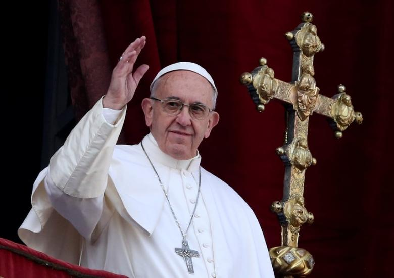 Pope Francis waves after delivering his ''Urbi et Orbi'' (to the city and the world) message from the balcony overlooking St. Peter's Square at the Vatican December 25, 2016. REUTERS/Alessandro Bianchi