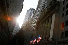 La Bourse de New York a fini en légère hausse mardi, soutenue par des indicateurs encourageants sur la confiance du consommateur et les prix de l'immobilier, mais dans des volumes très réduits. L'indice Dow Jones a terminé sur un gain de 11,23 points, soit 0,06%, à 19.945,04, sans être parvenu à atteindre la barre symbolique des 20.000 points. /Photo prise le 21 décembre 2016/REUTERS/Andrew Kelly