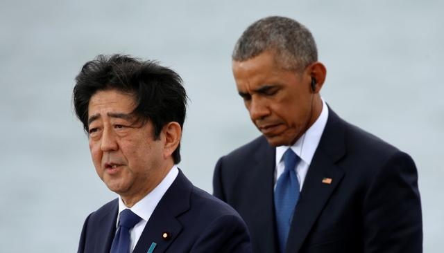 Japanese Prime Minister Shinzo Abe and U.S. President Barack Obama deliver remarks at Joint Base Pearl Harbor-Hickam, Hawaii, U.S., December 27, 2016. REUTERS/Kevin Lamarque