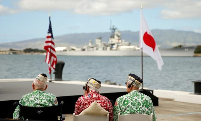 Pearl Harbor survivors await the arrival of Japanese Prime Minister Shinzo Abe and U.S. President Barack Obama to deliver remarks at Joint Base Pearl Harbor-Hickam, Hawaii, U.S., December 27, 2016. Pictured in the background is the USS Missouri. REUTERS/Kevin Lamarque