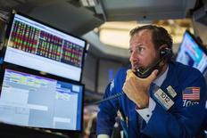 Трейдер на Уолл-стрит. Американский фондовый рынок завершил небольшим ростом торги вторника благодаря оптимистичным данным потребительского сектора и недвижимости, при этом благодаря скачку технологических акций Nasdaq Composite закрылся на рекордно высокой отметке. REUTERS/Lucas Jackson