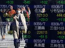 La Bourse de Tokyo a fini mercredi quasiment inchangée malgré un nouveau plongeon pour Toshiba qui cédé plus de 20%. L'indice Nikkei a cédé 1,34 point, soit 0,01%, à 19.401,72.  /Photo d'archives/ REUTERS/Issei Kato
