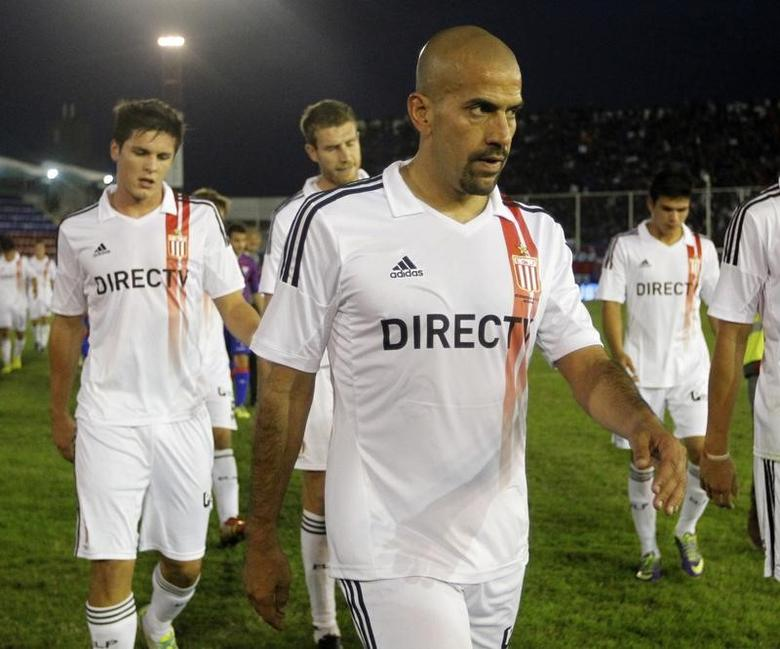 Juan Sebastian Veron of Estudiantes de La Plata leaves the pitch after the team's Argentine first division soccer match against Tigre in Buenos Aires May 18, 2014. REUTERS/Enrique Marcarian