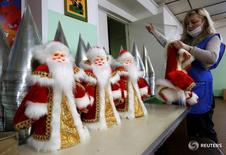 Сотрудница красноярской фабрики игрушек Бирюсинка собирает игрушки  16 ноября 2016 года. Деловая активность в производственном секторе экономики РФ ускорилась в декабре 2016 года до рекордного уровня за шестьдесят девять месяцев, показало исследование, проведенное компанией Markit.  REUTERS/Ilya Naymushin