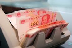 La Chine modifiera le 1er janvier le mode de calcul de l'un des principaux indicateurs de suivi de l'évolution du yuan en doublant pratiquement le nombre de devises étrangères entrant dans la composition de ce panier de référence, a annoncé jeudi l'opérateur public du marché des changes. /Photo d'archives/REUTERS/Kim Kyung-Hoon